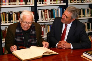 Neira Vilas na biblioteca asinando libro 1