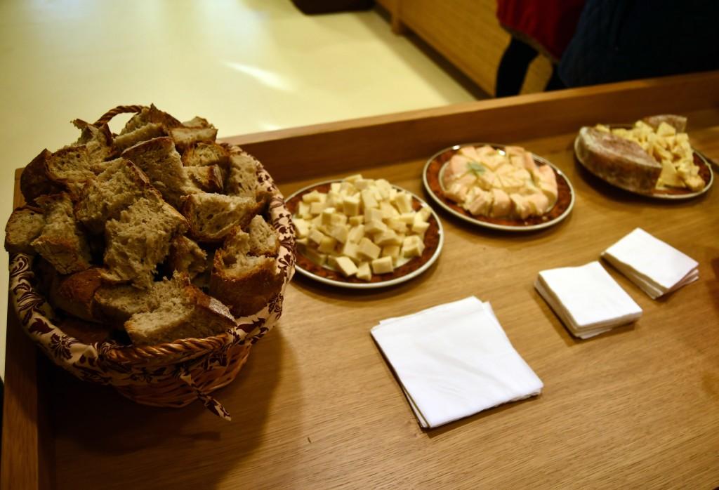 Ao final do acto, os alumnos degustaron unha maridaxe especial: pan de Carral e queixo francés