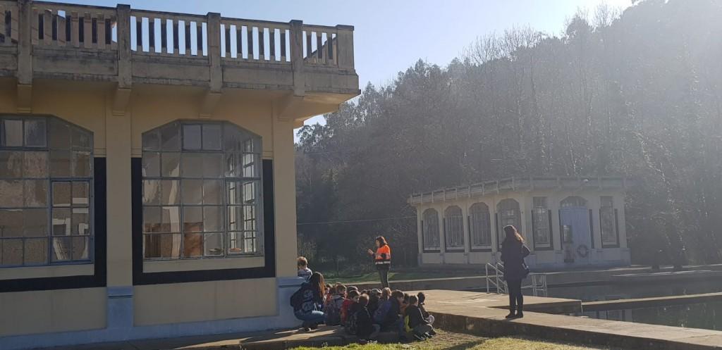 Sesenta nenos do Vicente Otero de Carral descobren o funcionamento da ETAP de Cañás